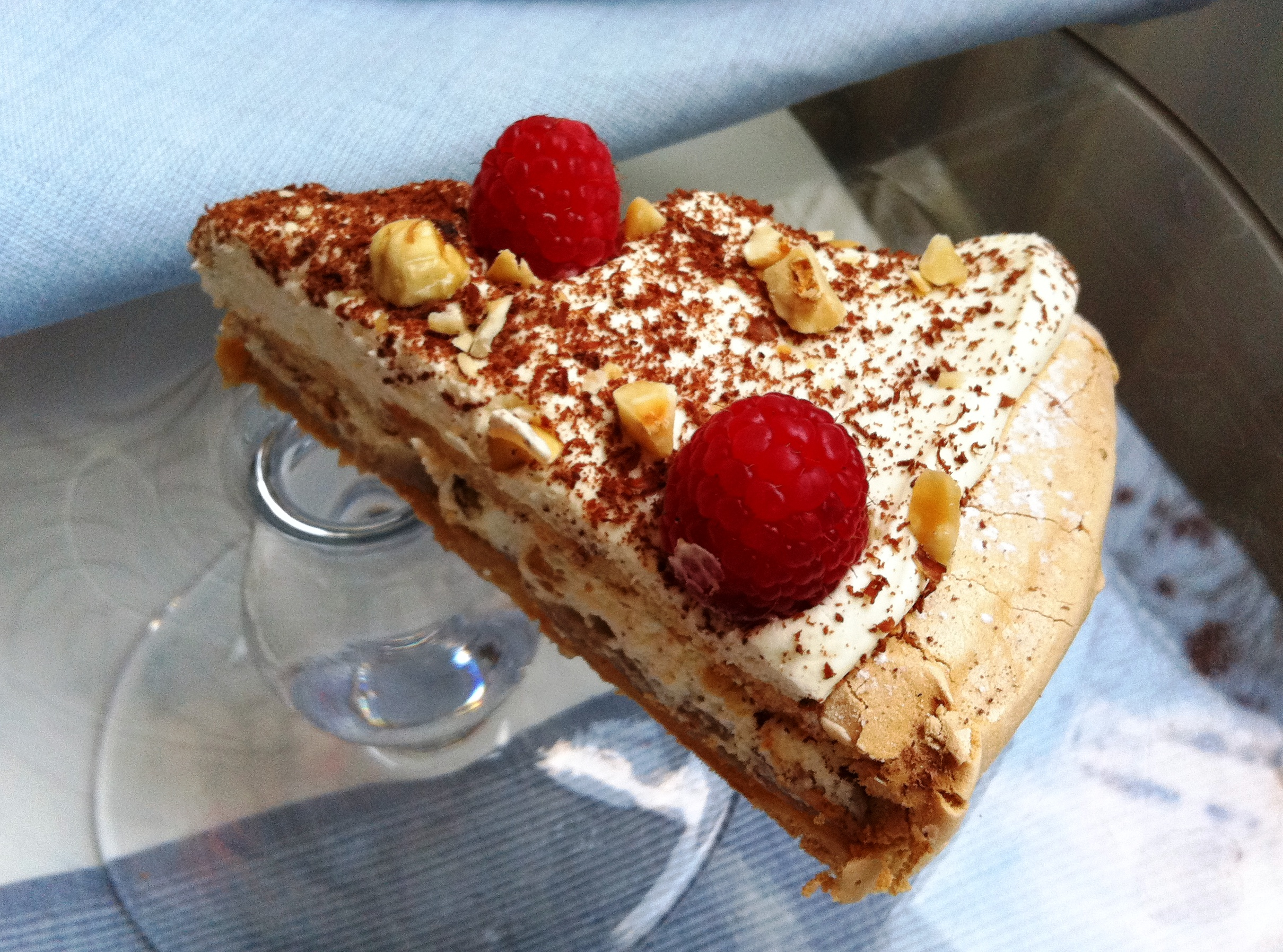 meringue_cake_with_raspberries